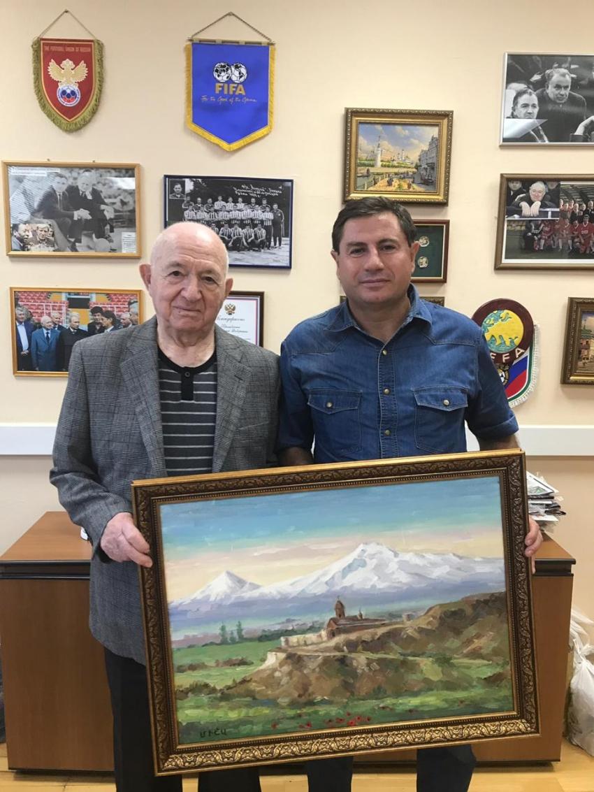 Дмитрий Володарский вручает подарок Никите Симоняну