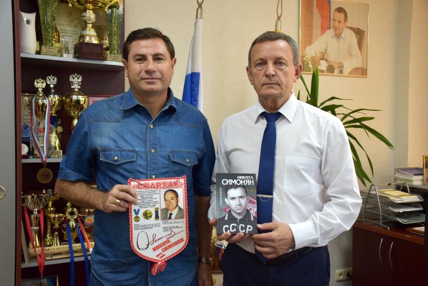 Дмитрий Володарский передает подарок Михаилу Богаратову